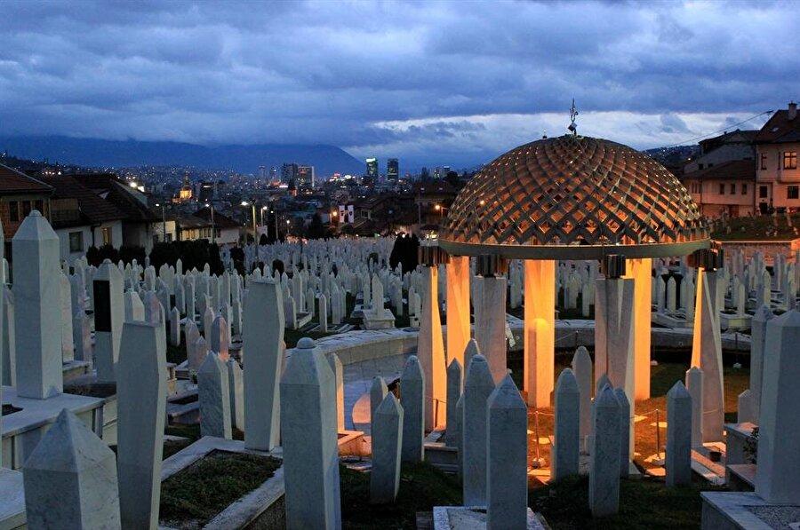 78 yaşında hayatını kaybeden Aliya İzetbegoviç'in kabri, Kovaçi Şehitliği'ndeki bu demir kubbenin altında.