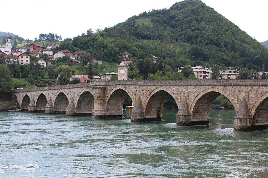 Günümüzde Bosna Hersek'in Sırp bölgesinde yer alan Drina Köprüsü, görebilene çok şey anlatıyor.