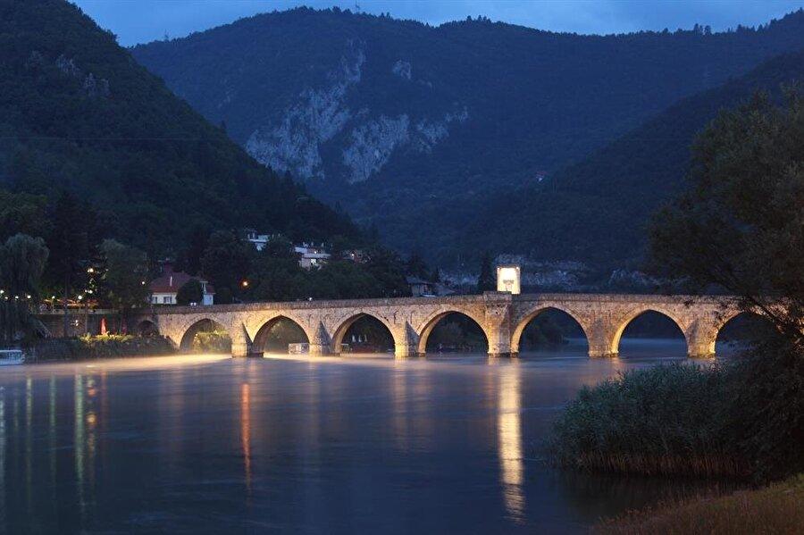 Drina Köprüsü, geceleyin doyumsuz bir görüntü sunuyor.