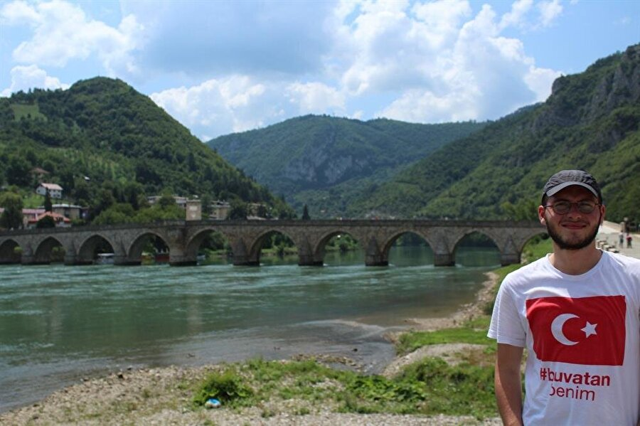 Vişegrad sokaklarında Türk bayraklı bir tişörtle gezmek, Sırpların öfkeli bakışlarının size çevrilmesine yol açabiliyor.