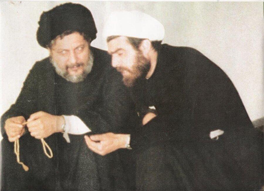 Musa Sadr (solda), kendisiyle aynı meçhul akıbete uğrayan arkadaşı Şeyh Muhammed Yakub ile...