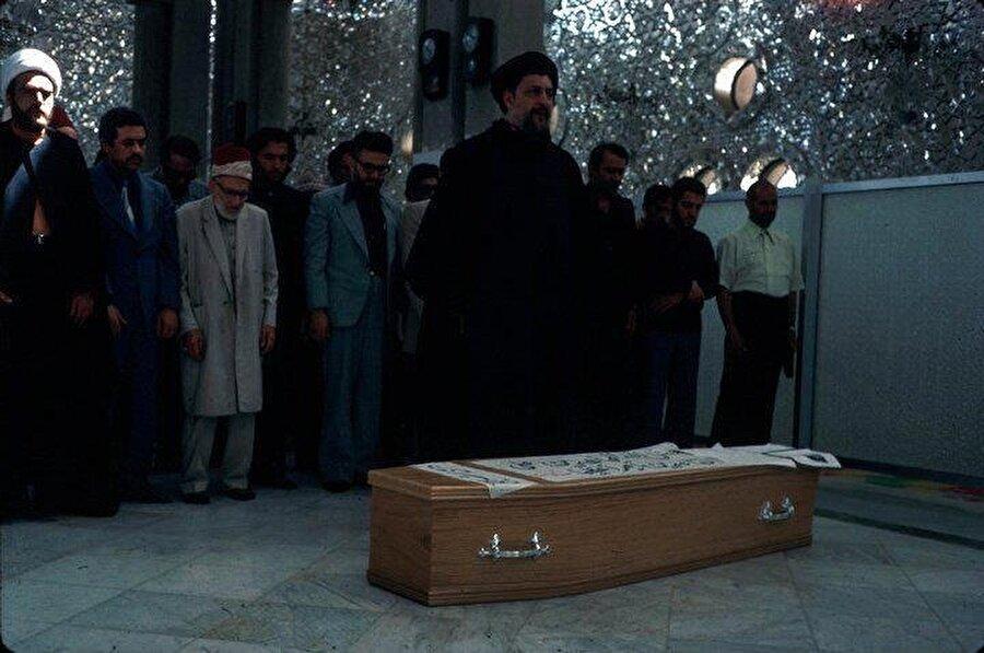 Musa Sadr, 19 Haziran 1977'de Londra'da öldürülen Ali Şeriati'nin cenaze namazını kıldırırken, Şam.
