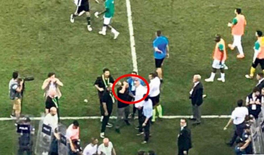 Şenol Güneş'in kafasına yabancı madde gelmesinin ardından Bursaspor Teknik Direktörü Samet Aybaba, tecrübeli teknik adama yardımcı olmaya çalıştı.