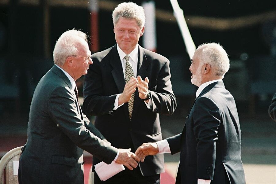 Kral Hüseyin ve İsrail Başbakanı Yitzhak Rabin (Solda), ABD Başkanı Bill Clinton'ın (Ortada) ev sahipliğinde bir araya gelerek Washington Bildirgesi'ni imzalamışlardı.