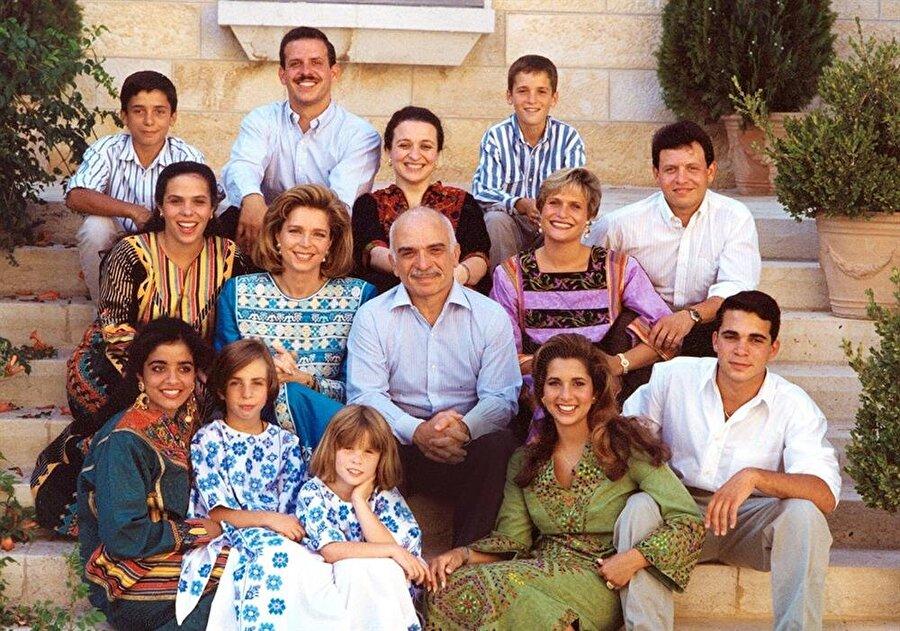 4 evliliğinden 11 çocuk babası olan Kral Hüseyin, kendisinden sonra tahta oturması için en büyük oğlu Abdullah'ı (Orta sıra, sağ bir) seçmişti.