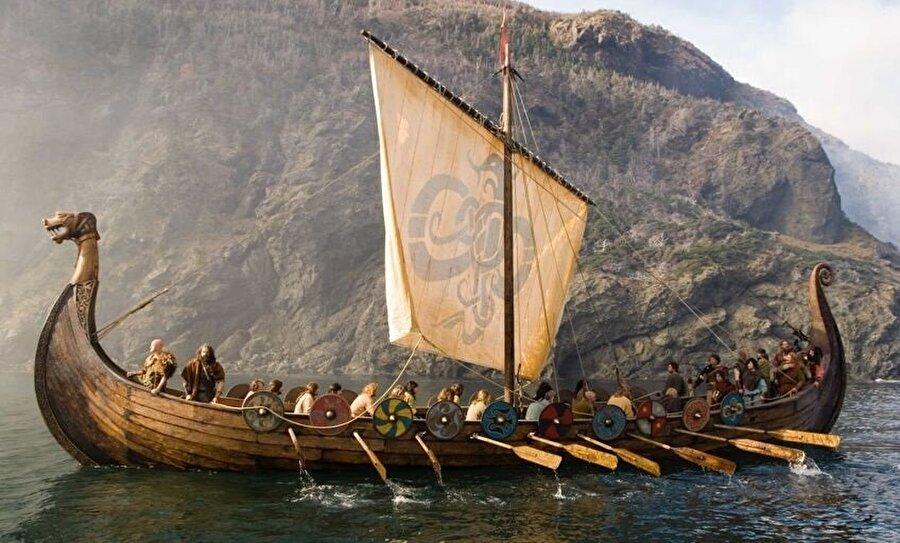 Vikingler Avrupa'ya yaptıkları seferler gibi, Rusya kıyılarına da seferler düzenlemiş ve Rusya'yı ele geçirmişti.
