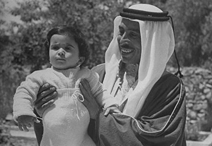 Ürdüm Haşimilerinin ilk torunu Hüseyin, babası Talal bin Abdullah'ın kucağında.