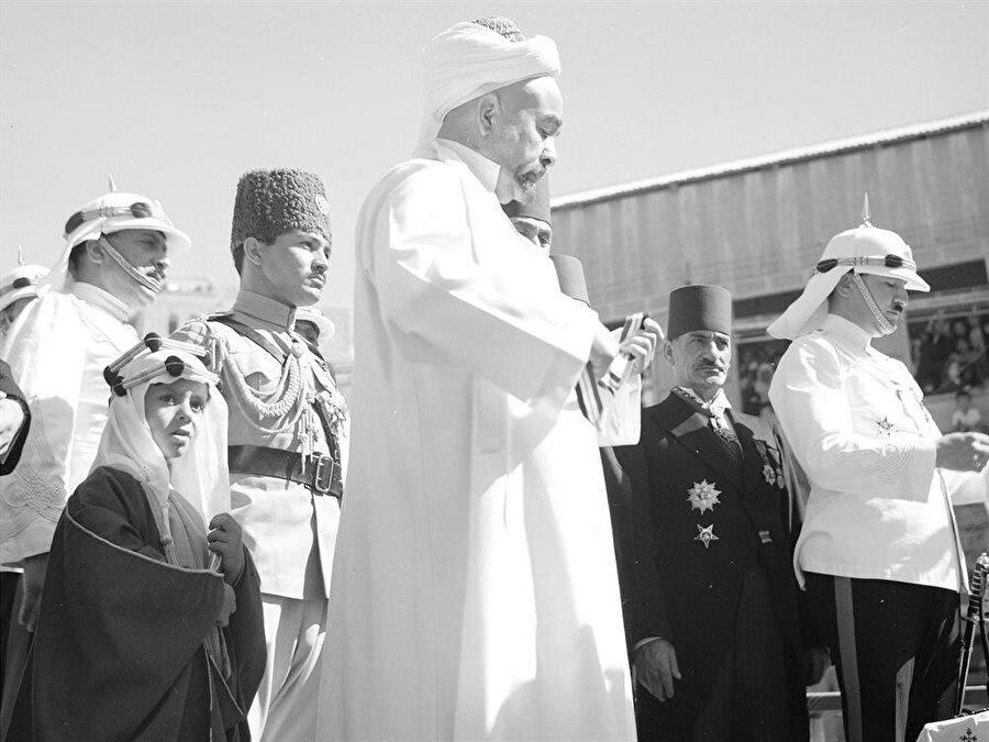 Beş yaşındaki Hüseyin, dedesi Kral Abdullah'la beraber Arap İsyanı'nın 24. yılı kutlamalarında.