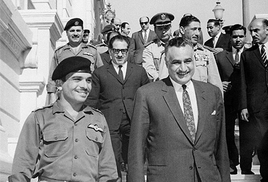 Hüseyin ve Abdunnasır (Sağda), 30 Mayıs 1967'de Kahire'de bir araya gelerek bir savunma anlaşması imzaladılar.