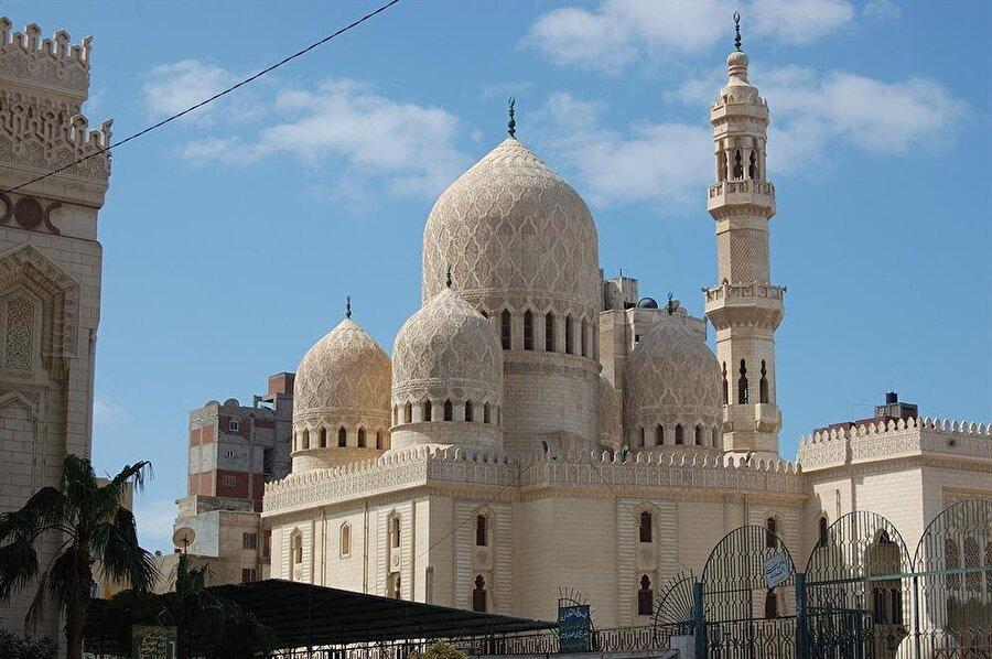 İskenderiyeli tüccar Zeynüddin b. Keysân gördüğü bir rüya üzerine Mürsî'nin kabrinin yanına onun adına Mürsî Camii'ni yaptırdı.