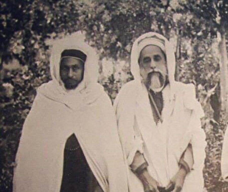 Habibiyye kolunun kurucusu Şeyh Muhammed İbn el-Habib(solda) ve Aleviyye kolunun kurucusu Ahmed el-Alevi (sağda) 1929'da Fas'ta çekilmiş bir fotoğrafı.