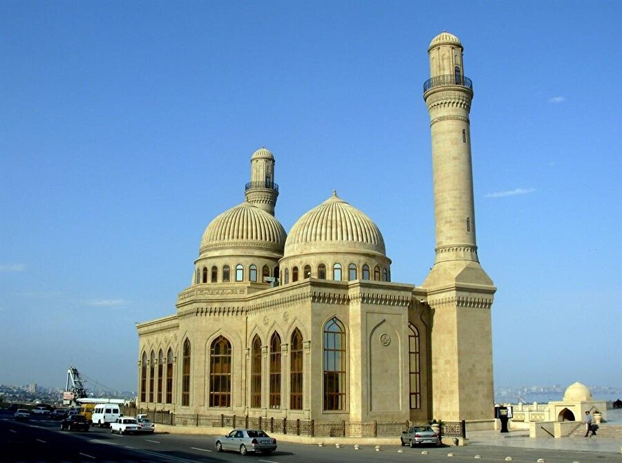 Bibi Heybat Camii, Baku. 1930'larda yıkılan cami, sonrasında yeniden inşa edilmiştir.