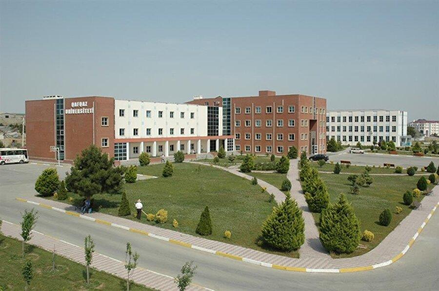 """2016'da kapatılan, FETÖ'ye ait Qafqaz Üniversitesi, """"Bakü Mühendislik Üniversitesi"""" adıyla yeniden açıldı."""