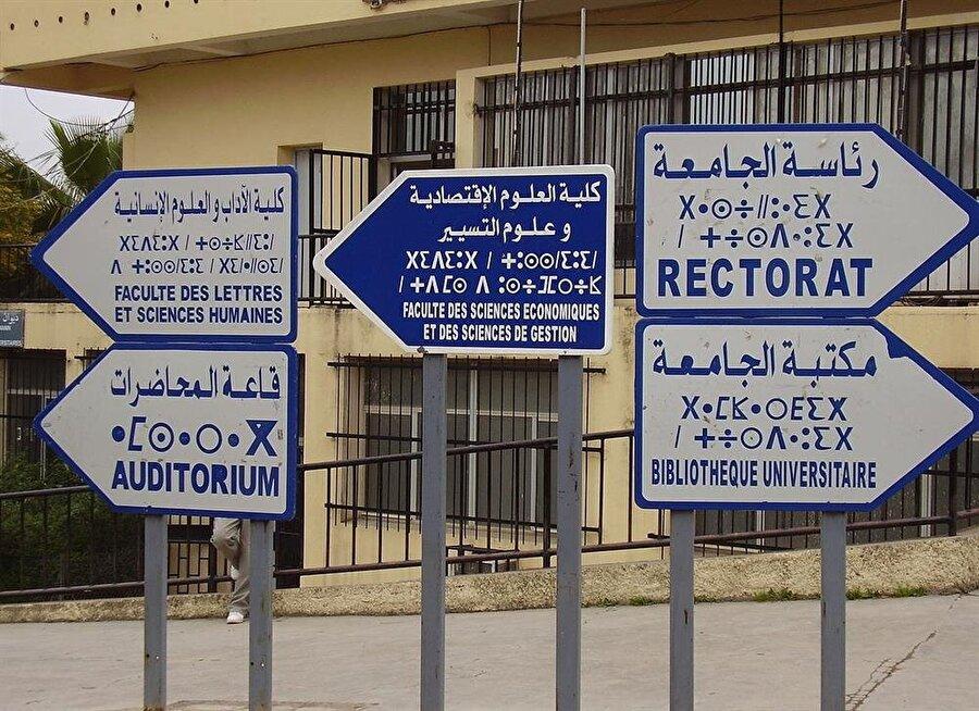 Dünyanın başka ülkelerinde görmeye alıştığımız İngilizce tabelaların yerini Cezayir'de Fransızca tabelalar almış durumda.