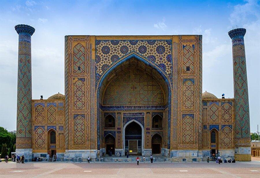 Timur'un torunu ve imparatorluğun 4. hükümdarı Uluğ Bey tarafından yaptırılan medrese, banisinin ismiyle anılıyor. (Shutterstock)
