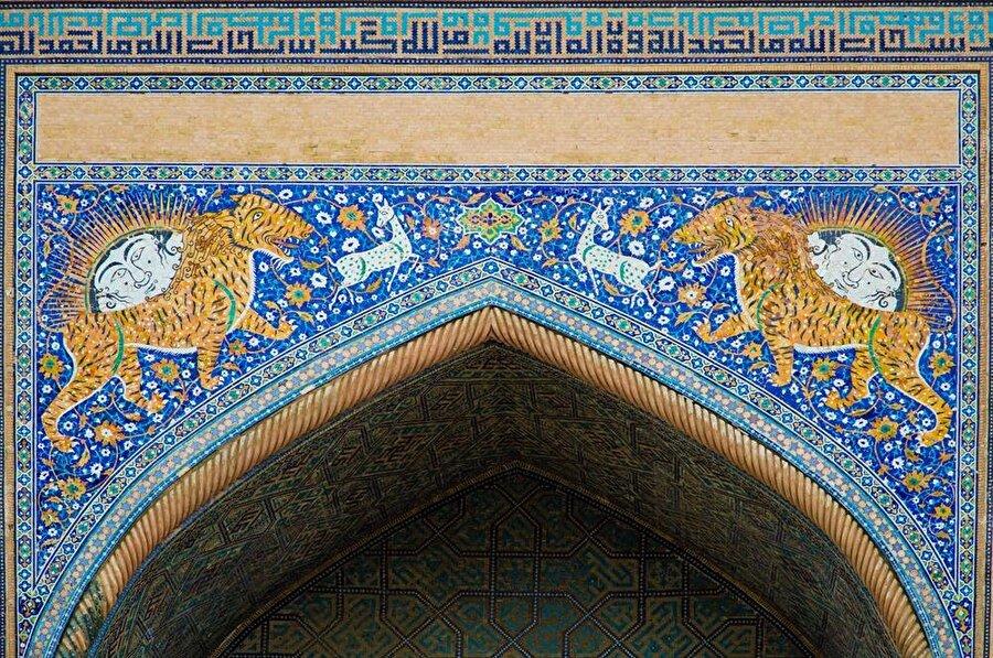 """Medreseye ismini kapısının üzerindeki kaplan ve güneş motifleri veriyor. Esasında """"şir"""", """"aslan"""" demek, ancak yerli ahali, binayı bu isimle anmayı uygun bulmuş. (Shutterstock)"""