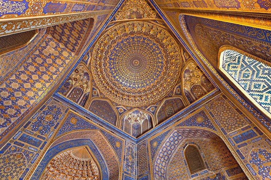 Tillakari'yi diğer iki binadan ayıran en önemli özelliği, içerisinde bulunan cami. Bu caminin iç kısmındaki işlemelerde kullanılan altın da medreseye ismini vermiş. (Shutterstock)