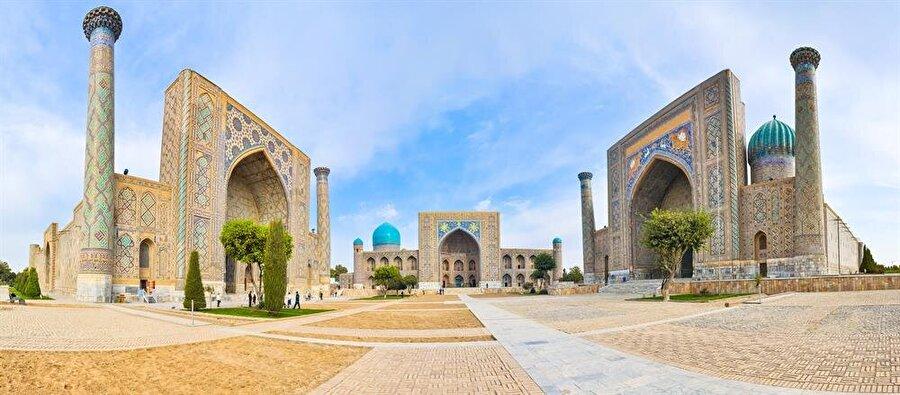 Semerkand'a dair az çok fikri olan herkesin, şehrin ismini duyduğunda zihninde canlanacak manzara aynıdır: Registan Meydanı (Shutterstock)