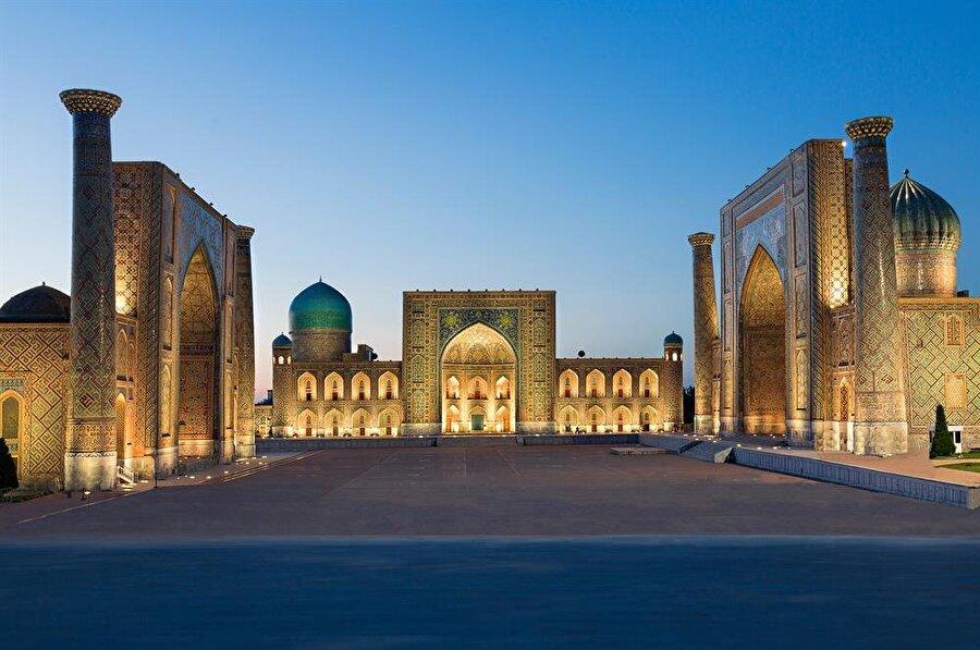 Registan Meydanı'nda üç medrese bulunuyor: Uluğ Bey Medresesi (Solda/Batıda), Şirdar Medresesi (Sağda/Doğuda) ve Tillakari Medresesi (Ortada/Kuzeyde) (Shutterstock)
