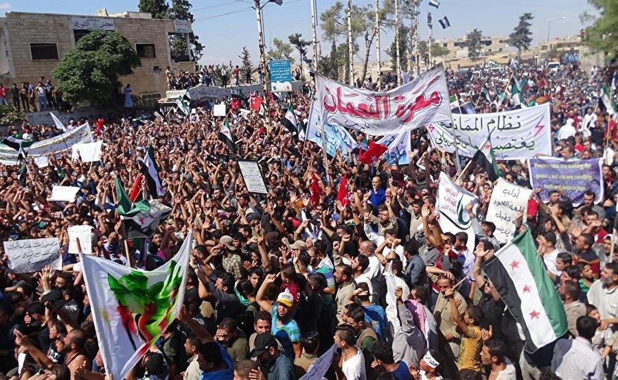 Tahran'da Suriye zirvesi devam ederken, İdlib ve çevresinde rejim muhalifi gösteriler düzenlendi. (Fotoğraf: AA - Abed Kıntar)