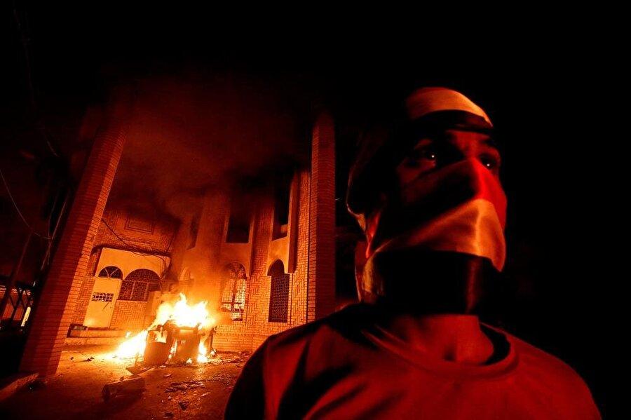 Protestocular, İran'ın Basra'daki başkonsolosluk binasını ateşe verdi. (Fotoğraf: Essam el Sudani - Reuters)