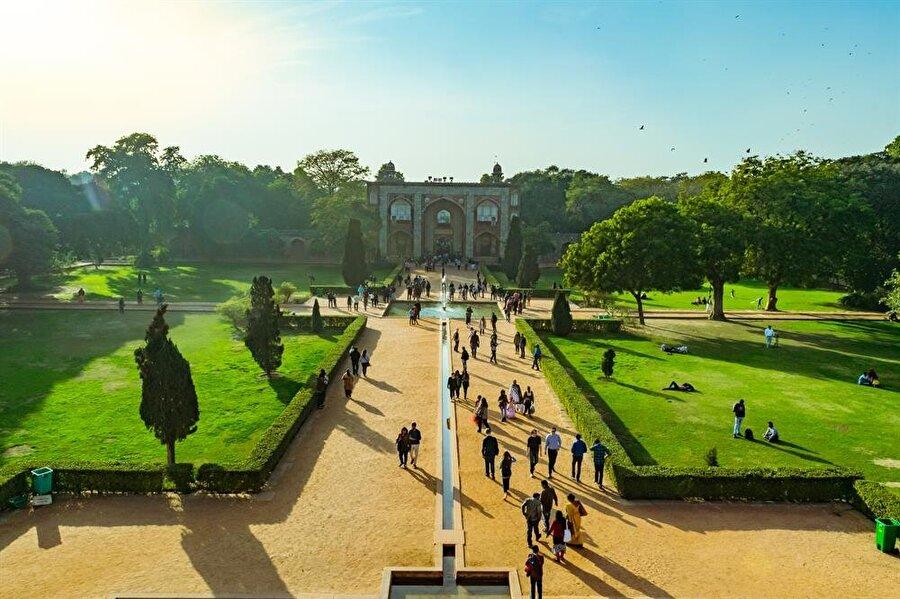Cenneti tasvir eden dört parçalı Pers bahçesi, Babür türbelerinde ilk defa Hümayun Türbesinde kullanıldı.