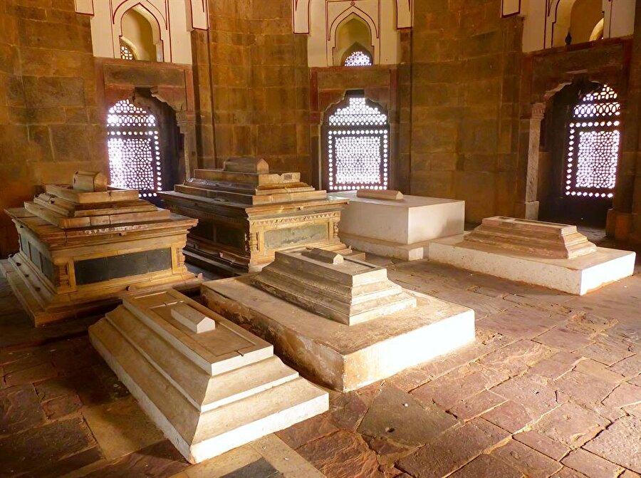 Hümayun Türbesi, 300'den fazla Babür Hanedanı mensubunun mezarını taşıması hasebiyle tarihi bir müze gibidir.