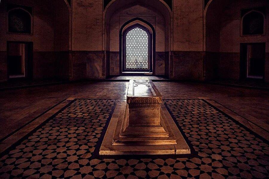 Babür İmparatoru Hümayun'un mezarı, mozolenin merkezinde, geniş pencerelerle donatılmış bir alanda yer alıyor.