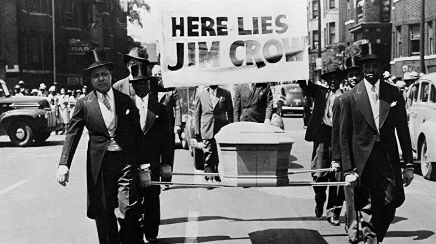 Siyahiler, o dönem Jim Crow için temsili cenaze törenleri düzenleyerek tepki gösteriyordu.