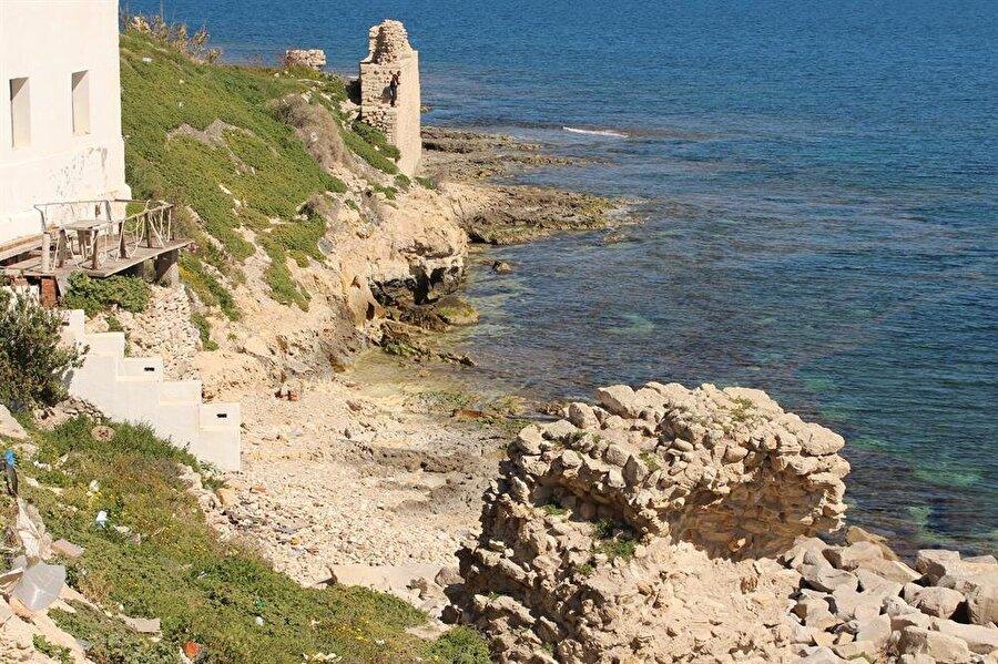 Şehrin Haçlılar tarafından yıkılan surlarından kalan kalıntılar.