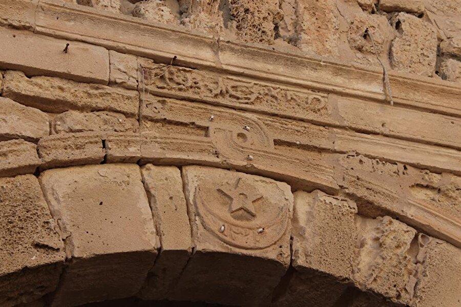 es-Sekîfetü'l-kahlâ'nın şehrin içindeki kısımda yer alan girişinin üzerindeki hilal ve yıldız sembolü.