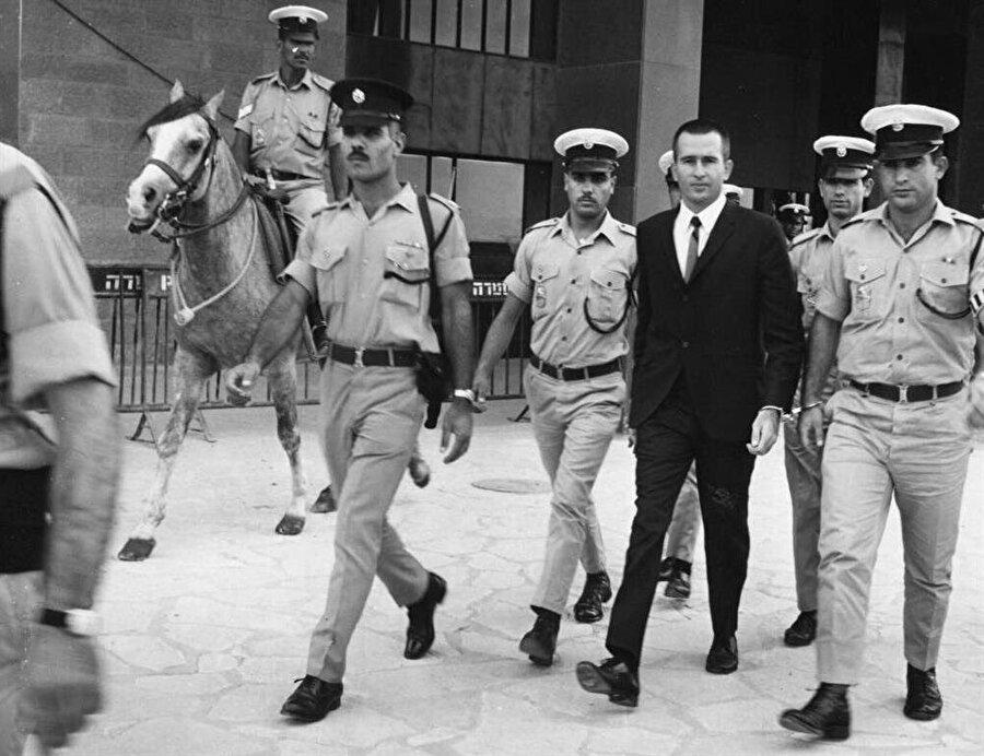 Denis Michael Rohan (Takım elbiseli), Kıble Mescidi'ndeki yangının faili olarak gözaltına alınmıştı.