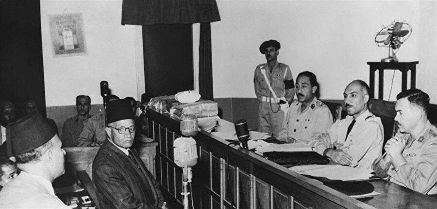 Hasan el-Hudeybi (ortada)Mısır yönetimi tarafından çıkartıldığı mahkeme salonunda.