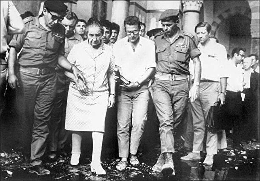 Dönemin İsrail Başbakanı Golda Meir ve beraberindeki heyet, Kıble Mescidi'nin içinde.
