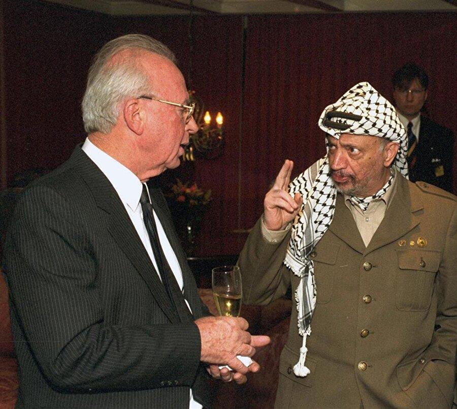 Yitzhak Rabin (solda) ve Yaser Arafat, Oslo Süreci'nde ilk kez karşılıklı müzakere yürüttü.