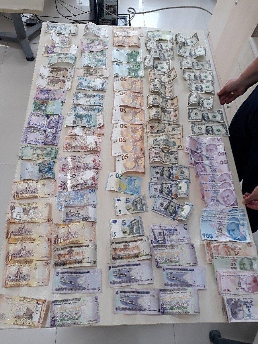 Dört farklı alfabe (Latin, Arap, Kril, Sanskrit) ile yazılı olan banknotların hangi ülkelere ait olduğunun belirlenmesi için zabıta personeli yoğun mesai harcadı.
