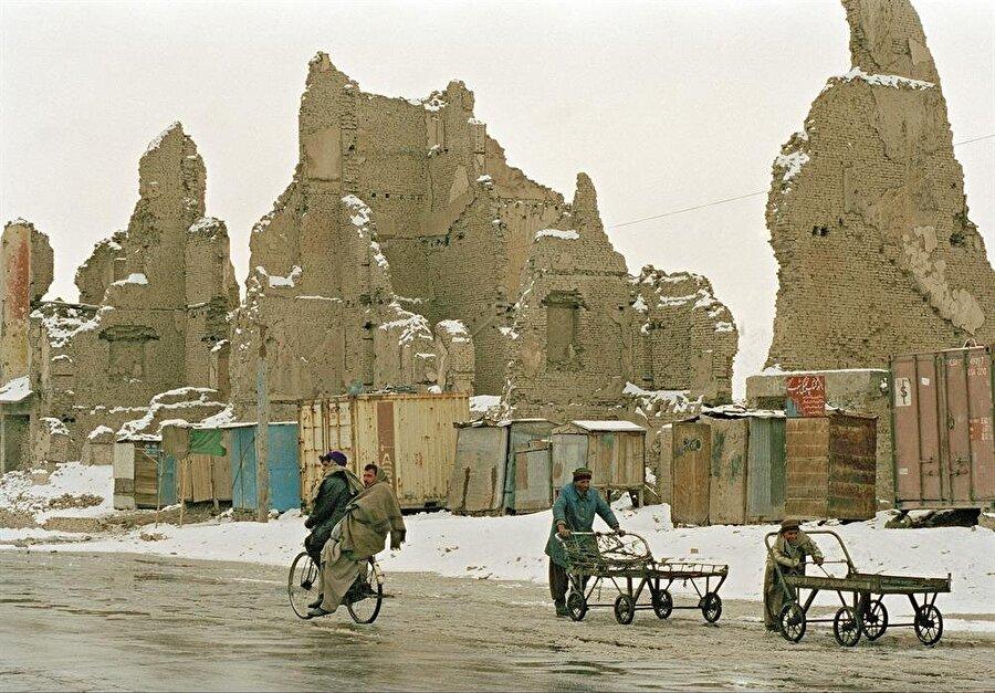 Sovyetler'in çekilmesinden sonra patlak veren iç savaş, Kabil'i harabeye çevirmişti.