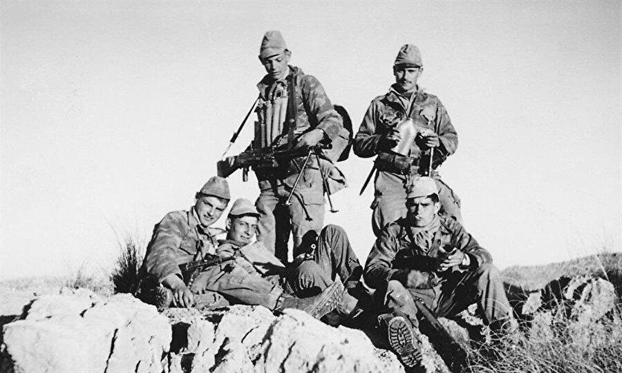 1954'te Cezayir vatandaşlarının Fransız sömürgeciliğine karşı ayaklanarak başlattığı Cezayir Bağımsızlık Savaşı 1962 yılına kadar sürdü.