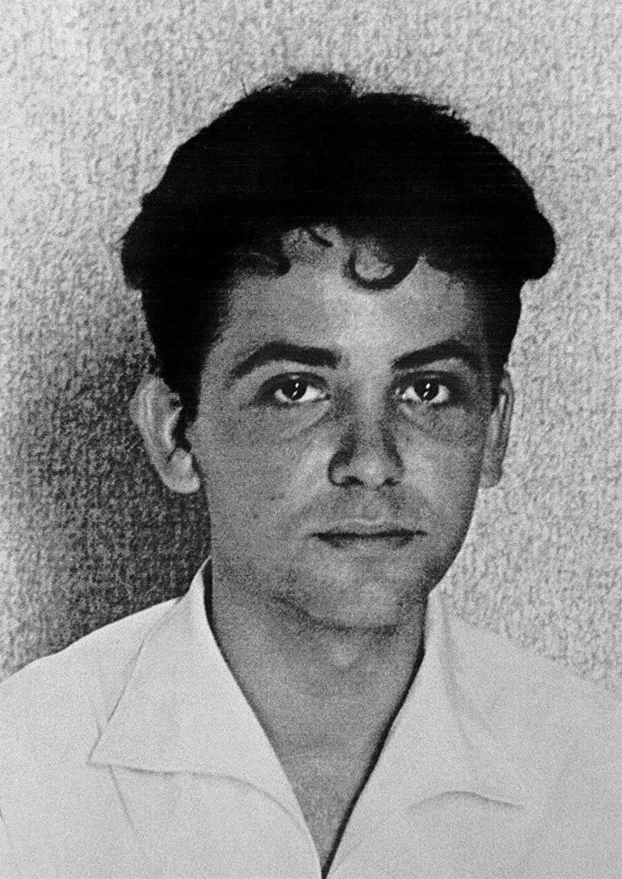 Cezayir Üniversitesinde görev yapan, Cezayir Komünist Partisi üyesi olan Maurice Audin 1957'de Fransız kuvvetleri tarafından alıkonulduğu yerde, maruz kaldığı işkenceler sebebiyle hayatını kaybetti.