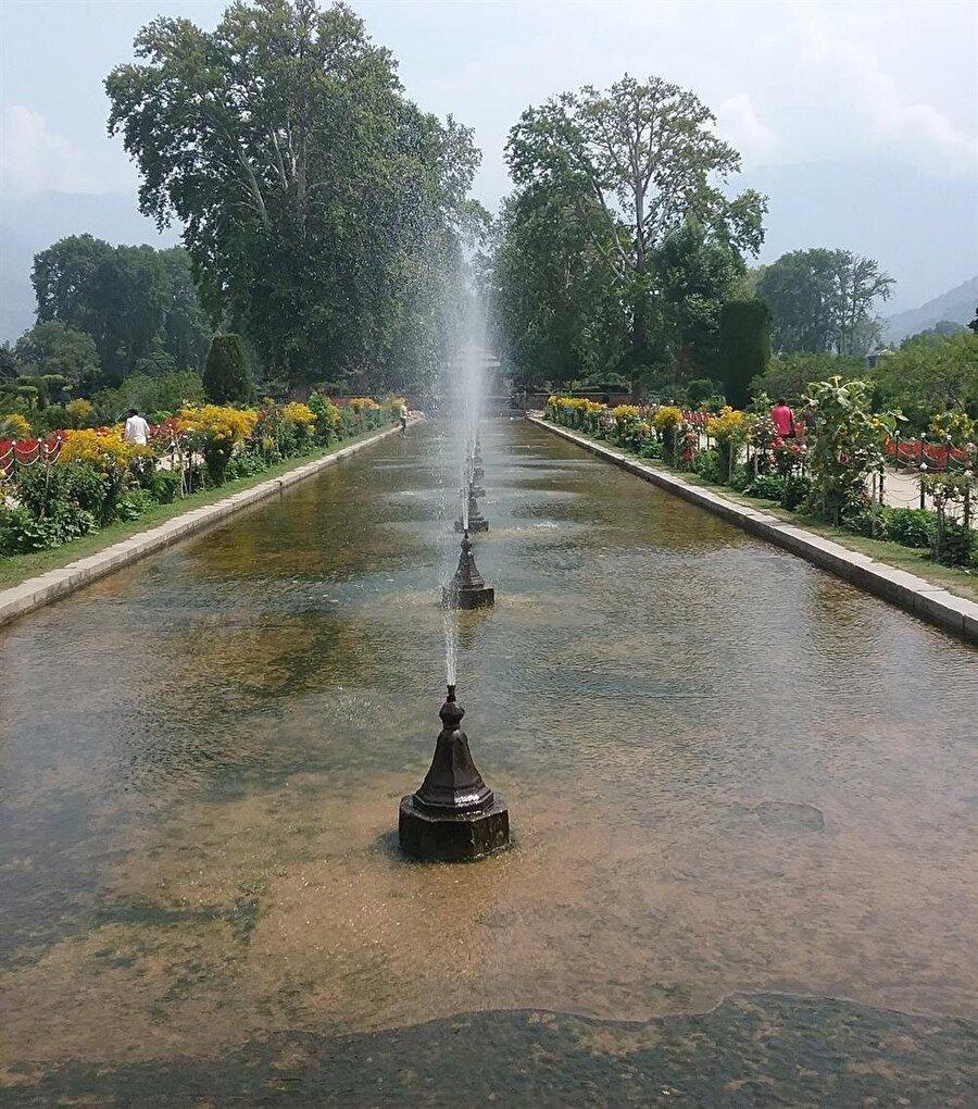 Babür bahçelerinde bol miktarda su kanalı kullanılmıştır.