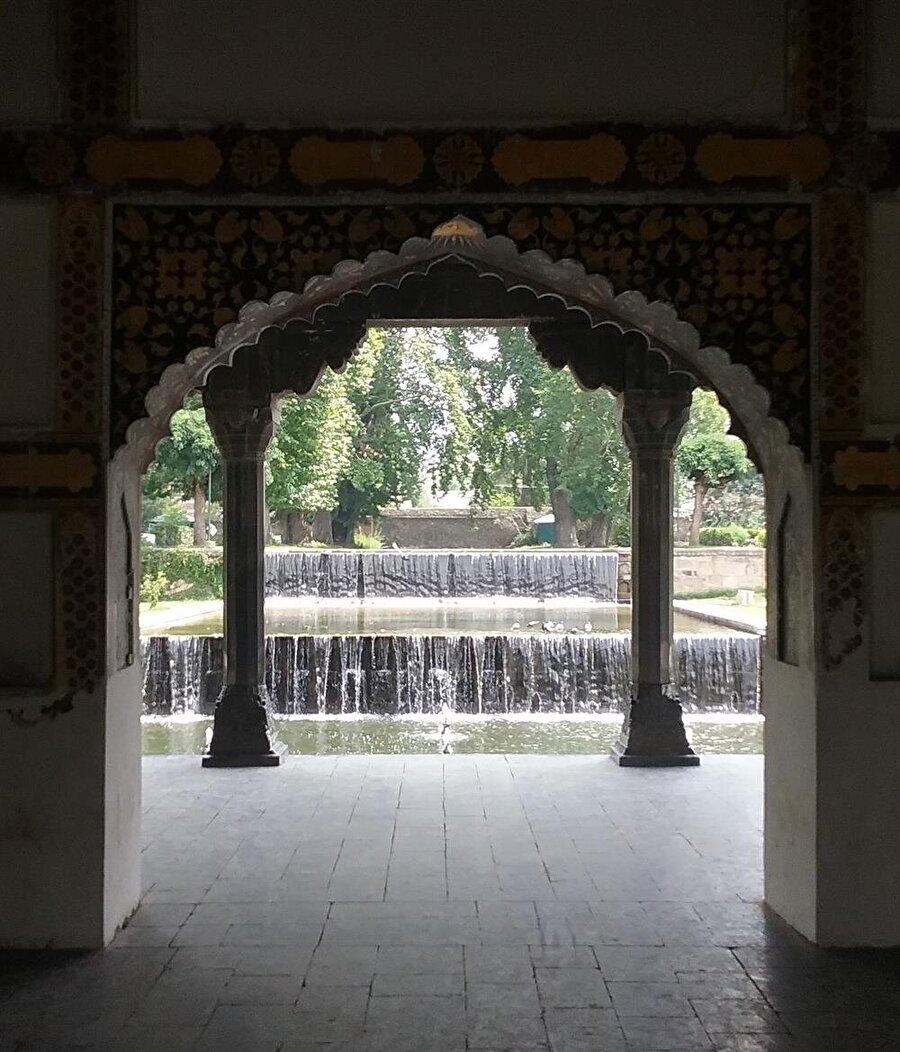 Bizzat Babür imparatorları tarafından yaptırılan bu bahçeler, Haneden ailesinin başkentin sıcağından bunaldığında sığındığı yerlerden olmuştur.