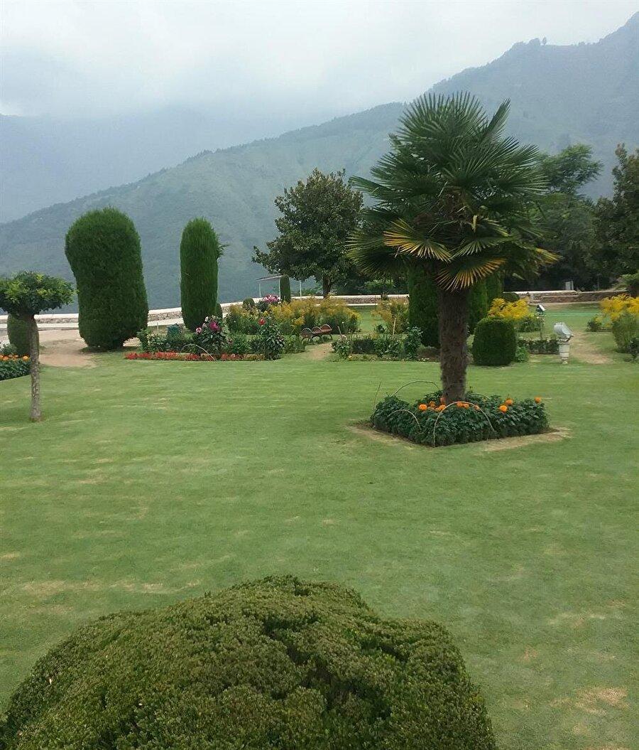 Su kanallarının yanı sıra, çeşit çeşit ağaç ve çiçekler ile bezenmiş olan bahçeler Keşmir'in huzur kaynağıdır.