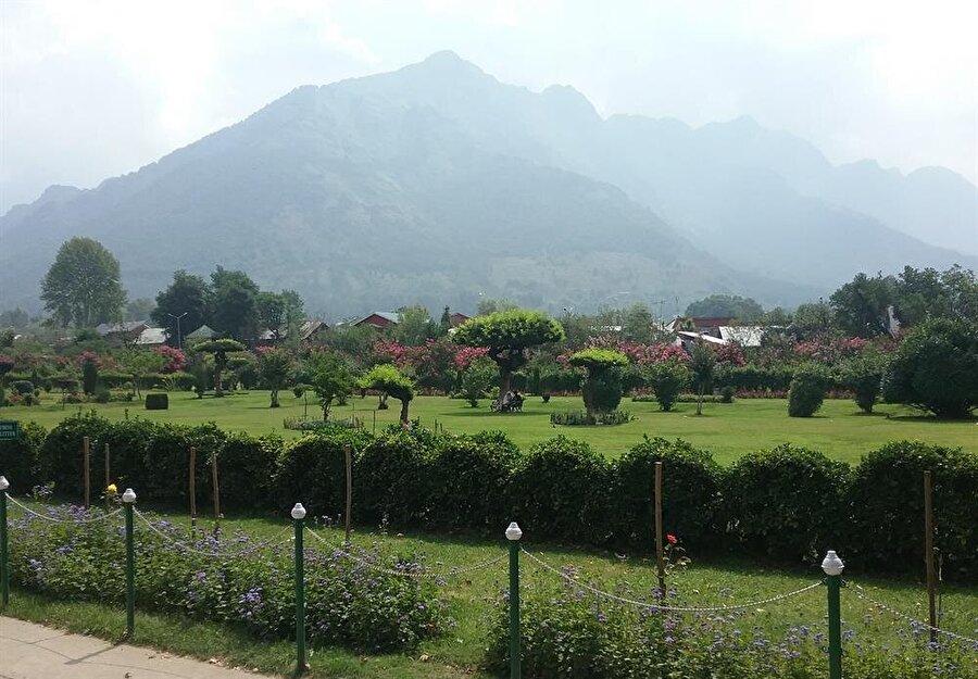 Nişhat bahçesi, bölgenin en büyük lale bahçesine ev sahipli yapmaktadır.