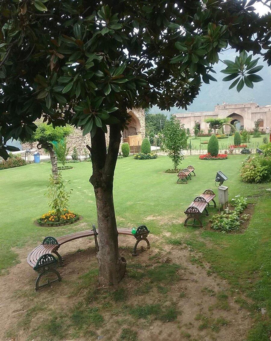 Bahçelerin, sunduğu seyir zevki ve huzur dolu atmosferi sebebiyle Keşmir kimilerince
