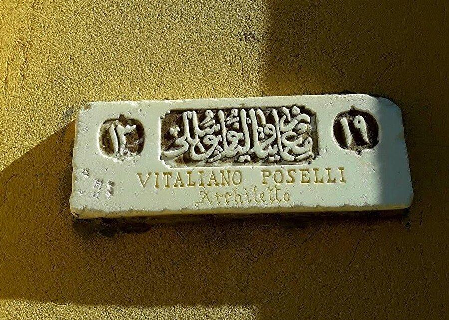 Caminin İtalyan mimarı Vitaliano Poselli'nin isminin bulunduğu mermer levha.