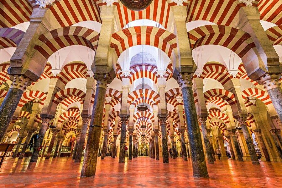 Hipostil tarzı bir mimariye sahip olan Kurtuba Ulu Camii'nin ortasında sütunlar katedralın inşası için yıkılmıştı.