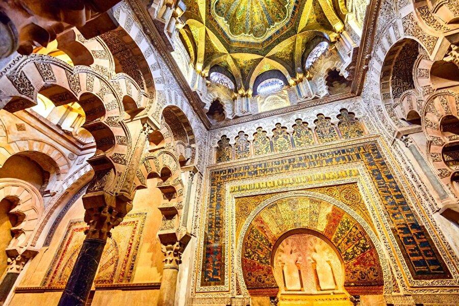 İslam sanatlarının inceliliklerini taşıyan Kurtuba Ulu Camii, Endülüs mimiarisinin en önemli örneklerinden.