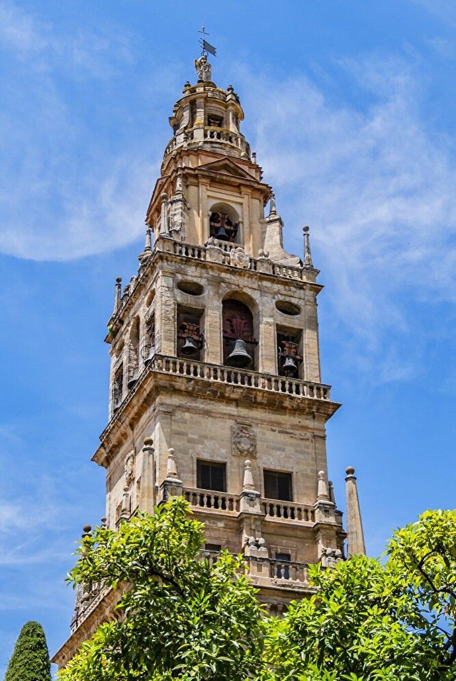 Yapının katedrale dönüştürülmesinin ardından, caminin minaresi de büyük ölçüde yıkılarak çan kulesine çevrildi.