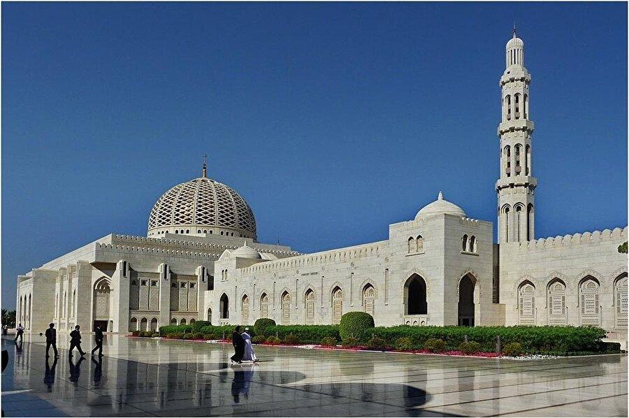 Umman'da camilere sunulan haklar diğer dinlerin mabetlerine de sunulmaya çalışılmaktadır.