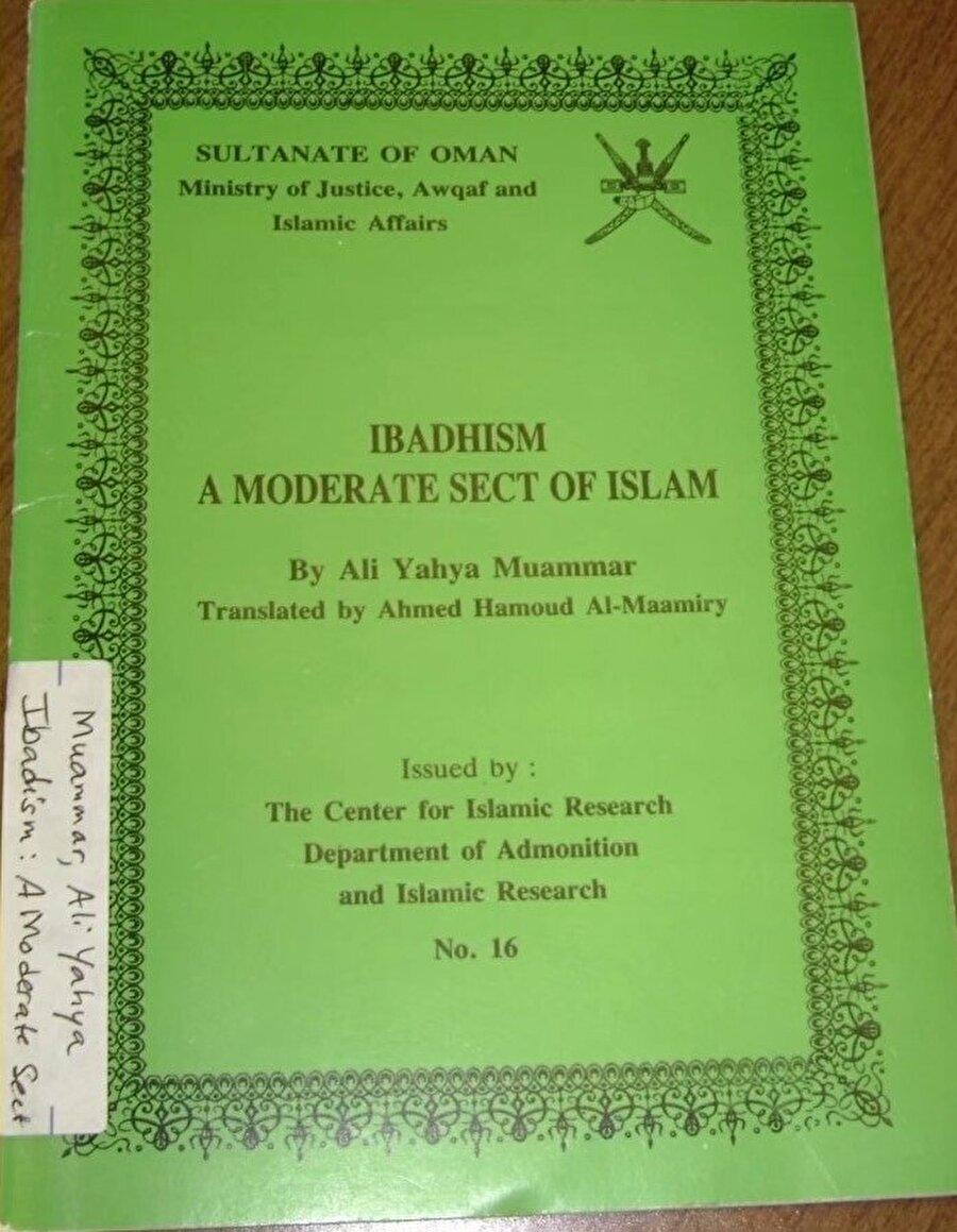 """Umman'da bakanlık tarafından bastırılan, """"İbâdiyye: İslâm'ın ılımlı mezhebi"""" başlıklı kitap."""